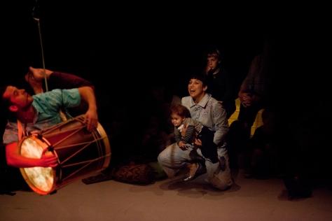 Interacció d'alguns dels nens assistents al Suite núm. 1 Els batecs del cargol. Carles Palacio